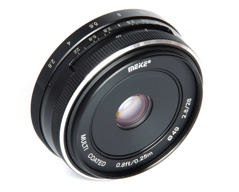Meike 28mm F2,8 Front Oblique View